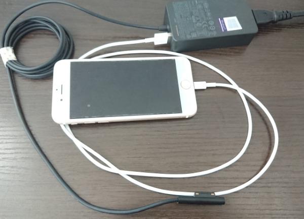 Surface Laptop 2の電源アダプターにiPhoneを接続。